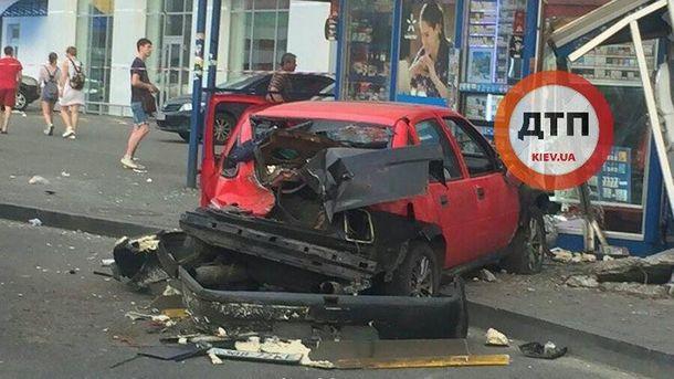 ВКиеве авто влетело востановку, есть жертвы