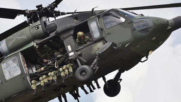 Вертолет с военными