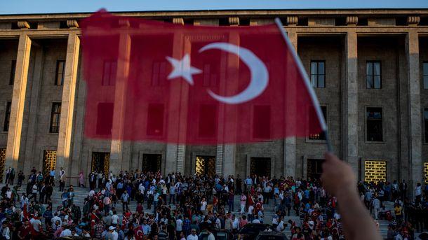 Переворот у Туреччині: будівлю парламенту евакуювали
