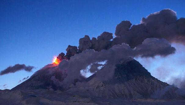 Потужний викид попелу над вулканом стався у Росії