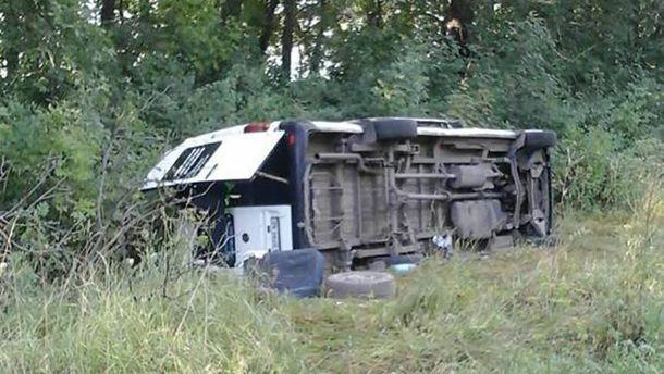 ВХмельницкой области перевернулся автобус спаломниками