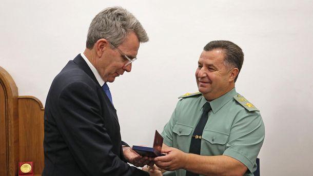 Полторак наградил посла США Пайетта «Знаком почета»