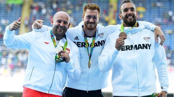 Призер Олимпиады реализовал свою медаль, чтобы оплатить операцию ребенку
