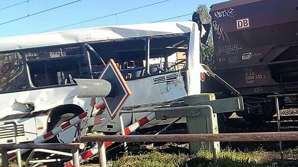 ВГермании грузовой поезд протаранил ученический автобус