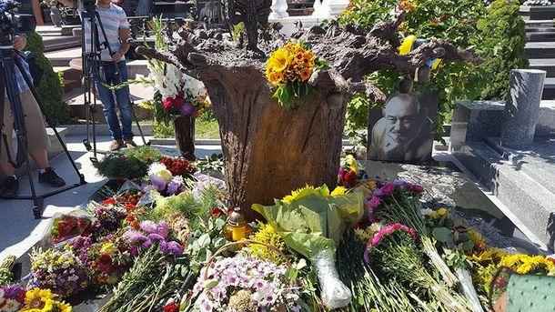 Намогиле Богдан Ступки установили памятник-дерево