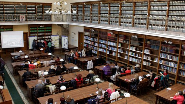 Студенти в читальному залі бібліотеки