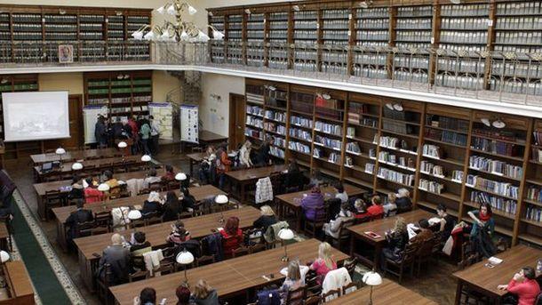 Студенты в читальном зале библиотеки