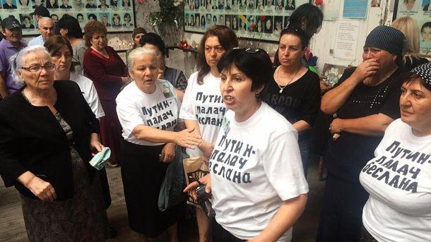 Женщины пришли в футболках