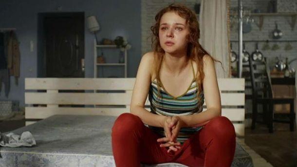 В ролике также снялась героиня клипа