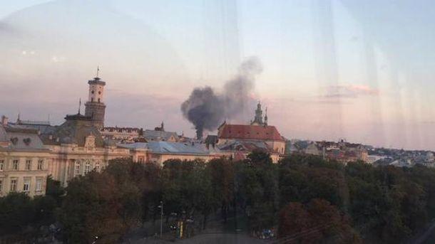 ВоЛьвове полыхает сооружение бывшей военной части госпогранслужбы Украинского государства