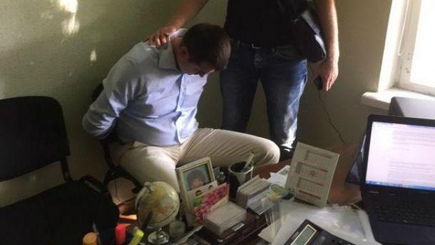 Коммунальщиков-взяточников задержали прямо на рабочем месте