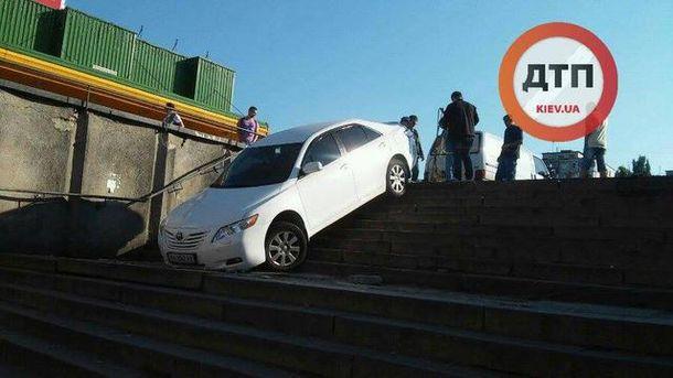 Авто заехало в подземный переход