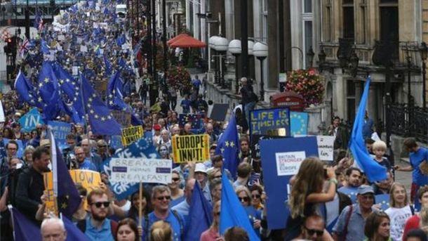 Люди протестуют против Brexit
