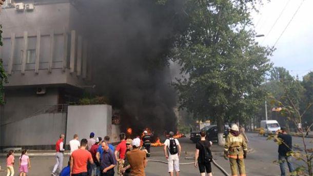Активісти спершу підпалили шини