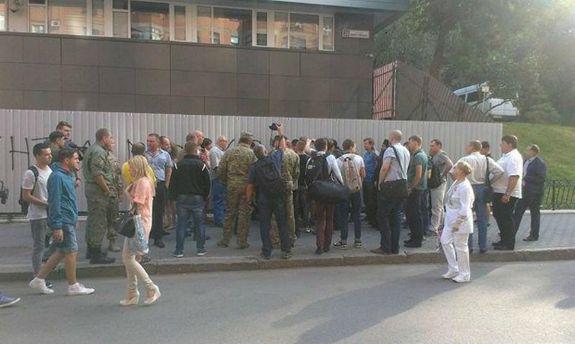 У основного офиса канала «Интер» вКиеве собрались митингующие— Украинские СМИ