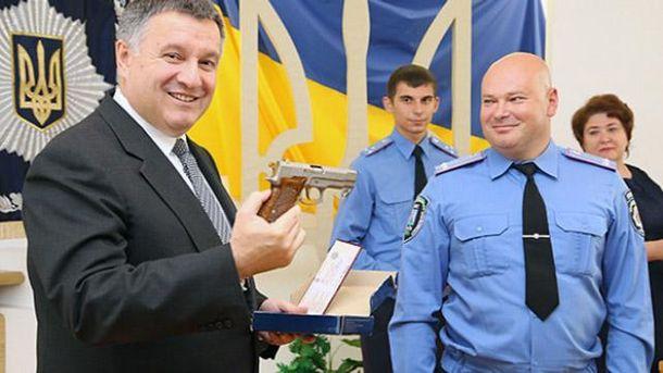 Аваков дарит наградное оружие