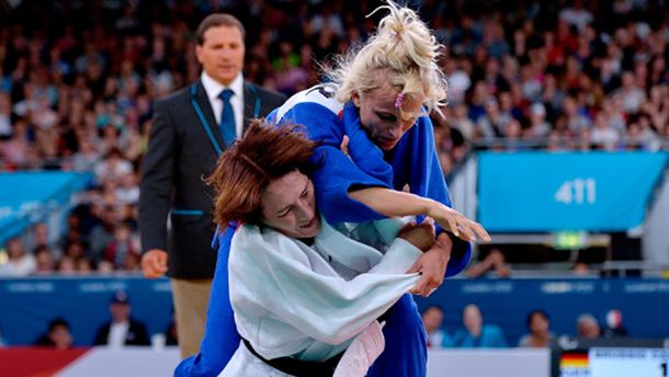 Юлия Галинская (в синем) против Кармен Бруссиг