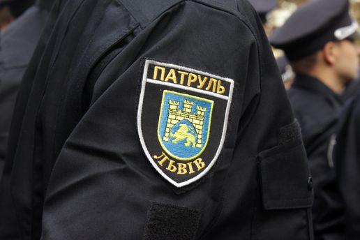 ВоЛьвове шофёр протащил патрульных около 50 метров, зажав ихруки стеклом