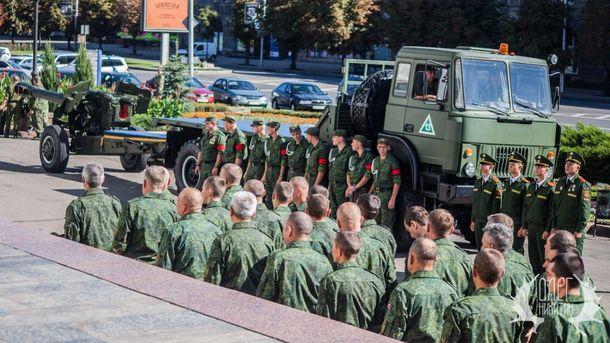 Військові та техніка в центрі Донецька