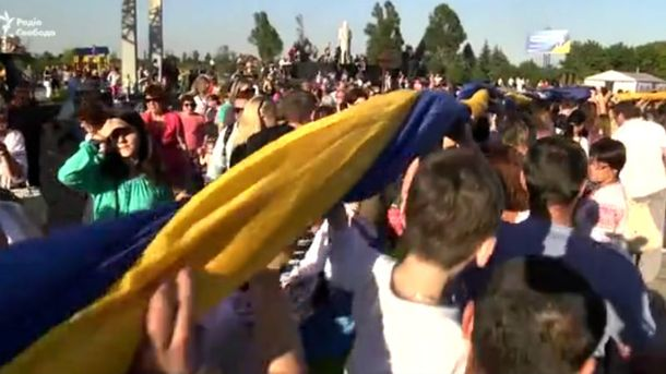 ВМариуполе развернули огромный флаг Украинского государства