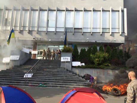 Акция протеста у здания НИС, которая привела к пожару