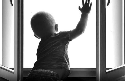У Києві із вікна п'ятиповерхівки випав малюк