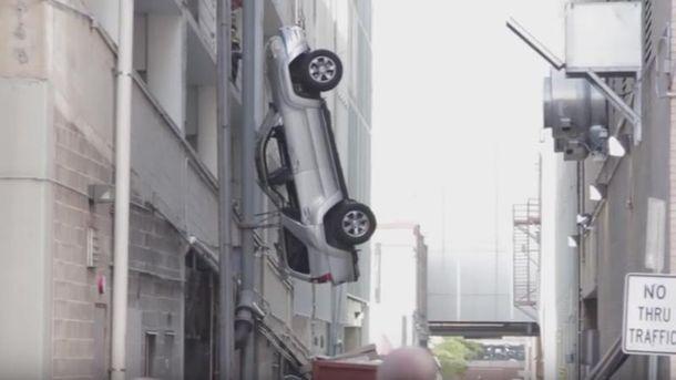Автомобиль повис на электрических проводах