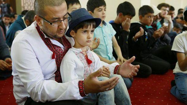 Мусульмане во время празднования Курбан-Байрам