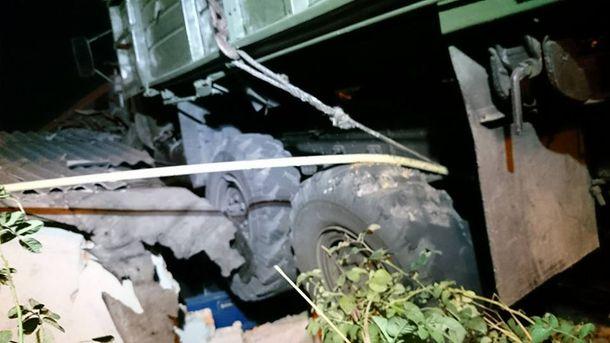 Грузовик накрыше: появились фото сместа невероятного ДТП вХарькове