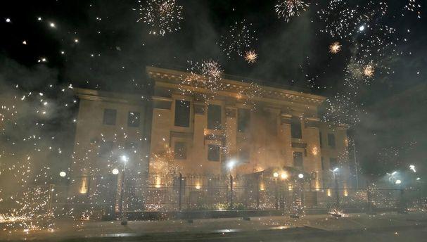 В здание активисты бросали фейерверки