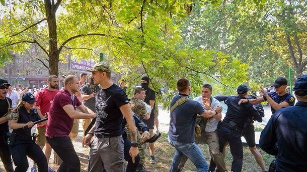 Мирный митинг вОдессе обернулся беспорядками с употреблением слезоточивого газа идубинок