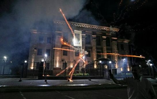 Фейерверки возле посольства РФ