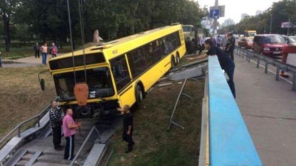 ВКиеве автобус вылетел сдороги напроспекте Победы