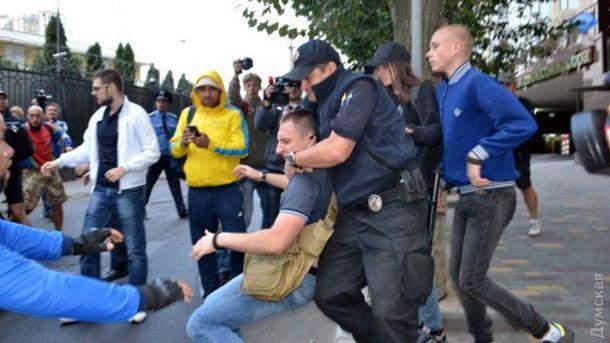 Двух активистов задержала полиция