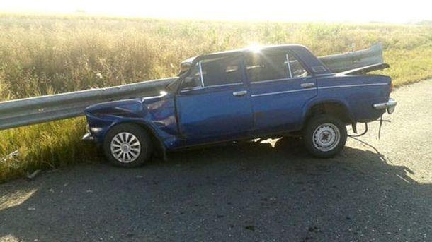 Металлическая ограда проткнула авто