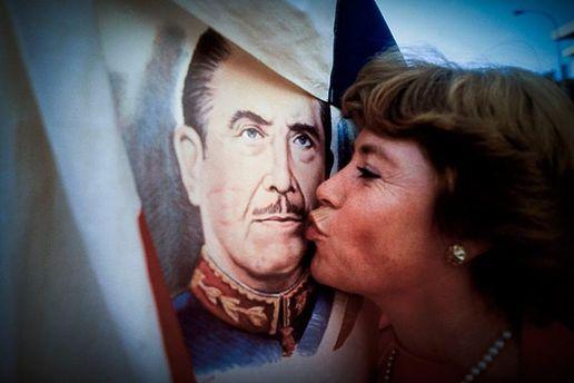 Поклонница Пиночета целует его портрет