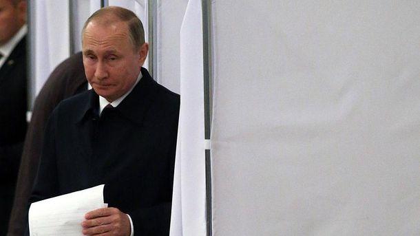 Володимир Путін з бюлетенем