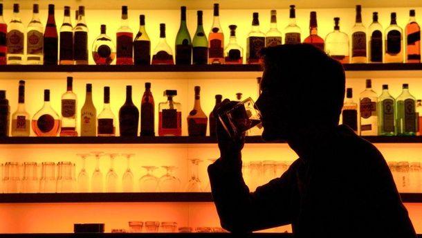 Гражданин Владивостока пьет бутылку водки за40 секунд, чтобы неплатить