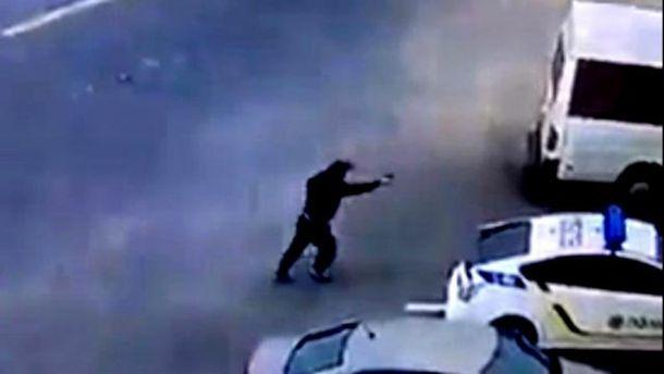 Преступник стреляет в полицейских