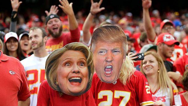 Фаны Kansas City Chiefs в масках Хиллари Клинтон и Дональда Трампа