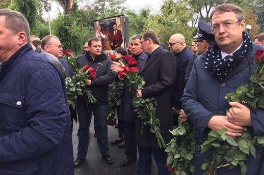 Геращенко, Луценко та Аваков прийшли попрощатись з поліцейськими