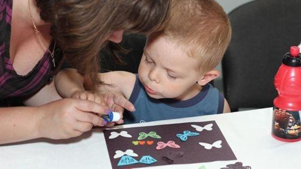 Чи зміниться система виплат грошей самотнім матерям?