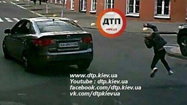 ВКиеве ищут машину, которая сбила ребенка назебре