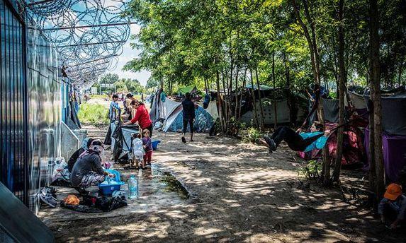 Мигранты на границе между Венгрией и Сербией