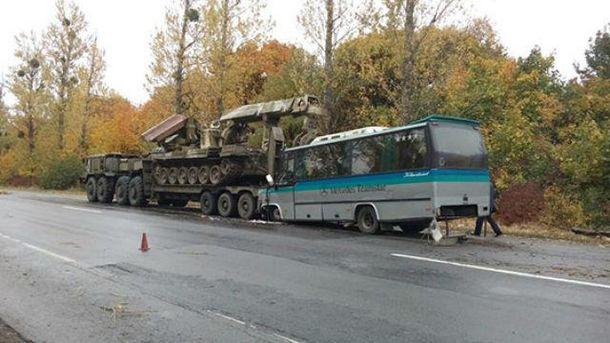 Автобус врезался ввоенный тягач вУкраинском государстве