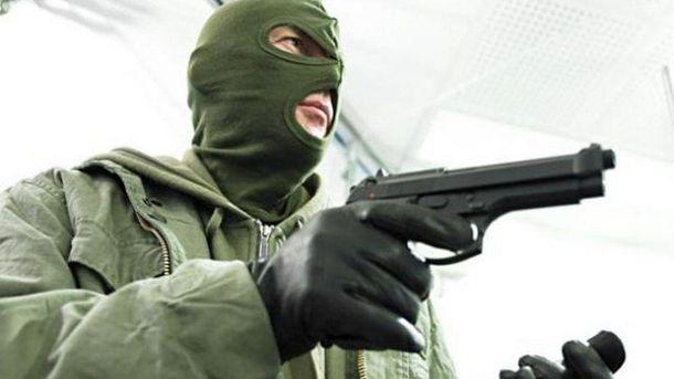 Один зі злочинців мав пістолет
