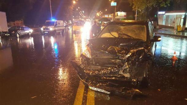Масштабное ДТП вКиеве: шофёр сбил 2-х пешеходов иразбил 5 машин