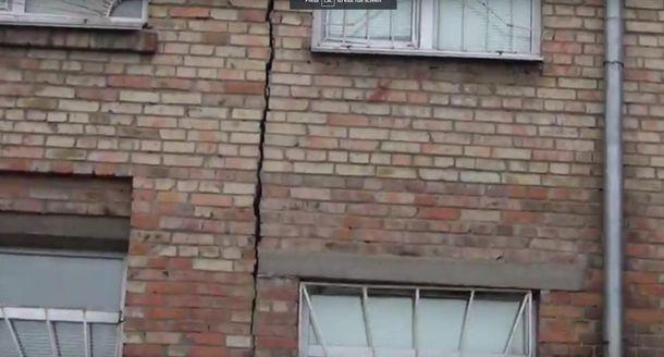 Трещина в стене школы