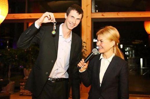 Бондаренко с ключами от новой квартиры