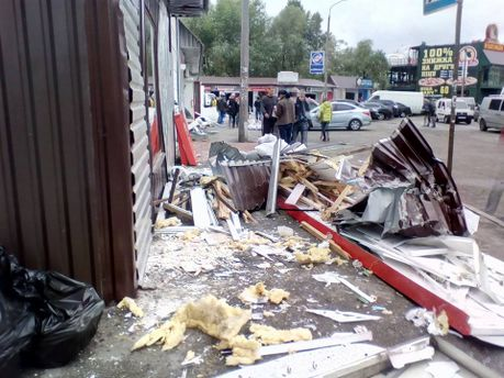 Около метро «Позняки» повредили десятки киосков